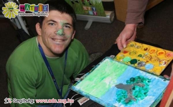 Izomsorvadása miatt orral készíti festményeit Szabolcs