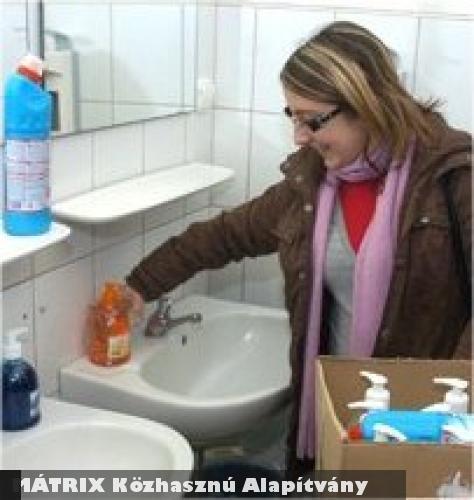 Az Adó 1%-ból szappant és fertõtlenítõszert vitt a MÁTRIX Közhasznú Alapítvány a klinikákra